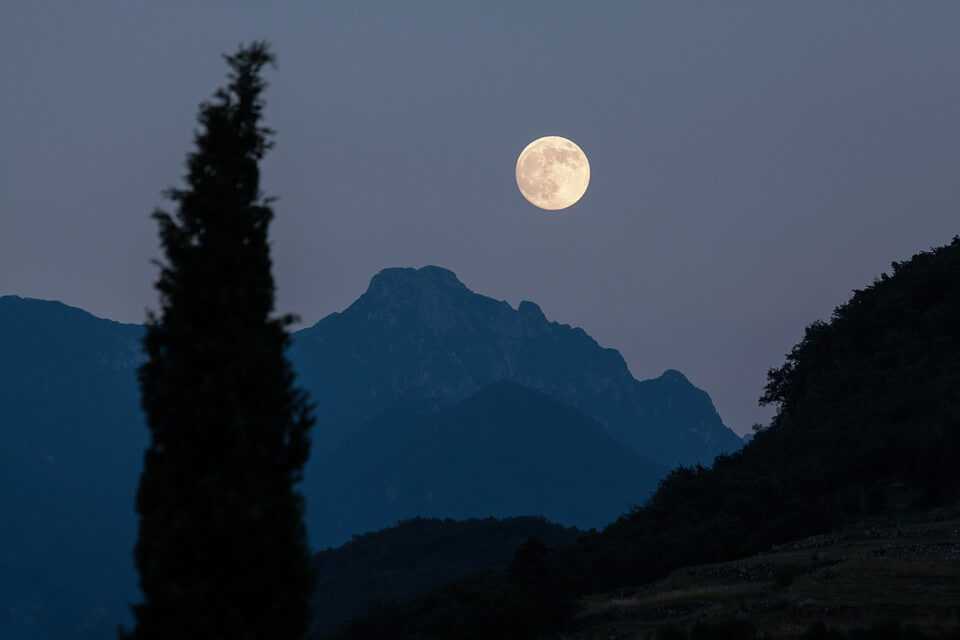 Mondansitz - moon-182145_960_720 Was ist beim Mondlicht zu beachten?